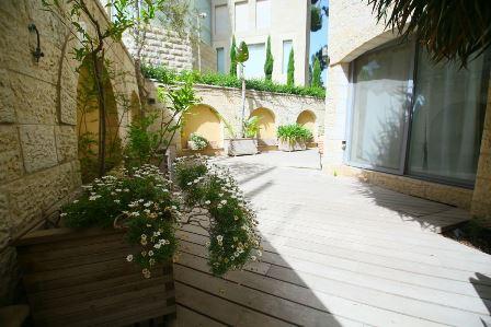 31.Luxury Villa Rechavia 8 BR image 3